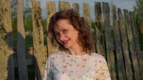 Mooie jonge vrouw die bij de camera glimlacht Sluit omhoog geschoten stock video