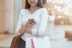 Mooie jonge vrouw die bij de lokale wandelgalerij winkelen stock afbeelding