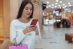Mooie jonge vrouw die bij de lokale wandelgalerij winkelen royalty-vrije stock foto