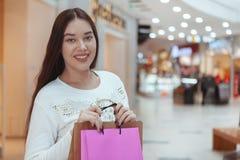 Mooie jonge vrouw die bij de lokale wandelgalerij winkelen royalty-vrije stock fotografie