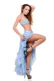 Mooie jonge vrouw die in blauwe kleding danst Stock Foto