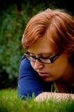 Mooie jonge vrouw die buiten ontspant Stock Fotografie