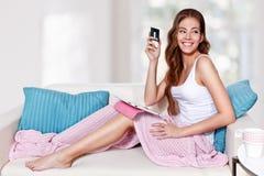 Mooie jonge vrouw die creditcard gebruiken stock afbeeldingen