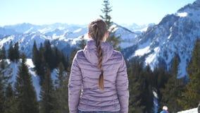Mooie jonge vrouw die de bergen bekijken stock videobeelden