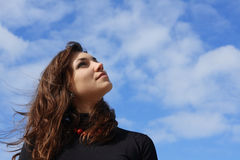 Mooie jonge vrouw die de hemel onderzoekt royalty-vrije stock foto