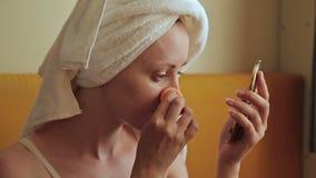 Mooie jonge vrouw die de make-up met een samenstellingsspons bevestigen stock video