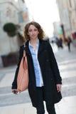 Mooie jonge vrouw die de stad in lopen Royalty-vrije Stock Fotografie