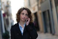 Mooie jonge vrouw die de stad in lopen Royalty-vrije Stock Foto