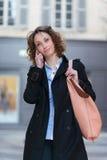 Mooie jonge vrouw die de stad in lopen Stock Fotografie