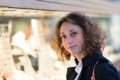 Mooie jonge vrouw die de stad in shoping Royalty-vrije Stock Foto's