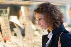 Mooie jonge vrouw die de stad in shoping Royalty-vrije Stock Afbeelding