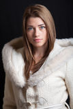 Mooie jonge vrouw die de winterlaag dragen Stock Foto's