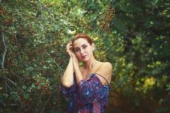 Mooie jonge vrouw die in de zomerpark rusten, die van aard in openlucht genieten Stock Afbeeldingen