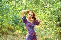 Mooie jonge vrouw die in de zomerpark rusten, die van aard in openlucht genieten Royalty-vrije Stock Foto