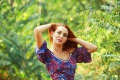Mooie jonge vrouw die in de zomerpark rusten, die van aard in openlucht genieten Stock Afbeelding