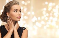 Mooie jonge vrouw die diamantoorringen dragen royalty-vrije stock afbeeldingen