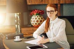 Mooie jonge vrouw die digitale tablet houden en camera met glimlach bekijken Royalty-vrije Stock Foto's