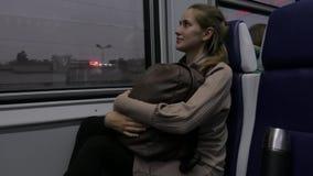 Mooie jonge vrouw die door trein reizen stock video