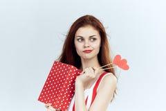 Mooie jonge vrouw die een doos met giften en toebehoren voor partijen, viering, portret houden Royalty-vrije Stock Foto