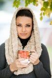 Mooie jonge vrouw die een kop thee houden royalty-vrije stock foto's