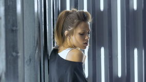 Mooie jonge vrouw die in een nachtclub dansen, die aan muziek door hoofdtelefoons luisteren Langzame Motie stock footage
