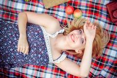 Mooie jonge vrouw die een picknick in het platteland hebben Gelukkige comfortabele dag in openlucht open De glimlachende vrouw li Stock Fotografie