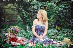 Mooie jonge vrouw die een picknick in het platteland hebben Gelukkige comfortabele dag in openlucht open Glimlachende vrouw die d Stock Afbeeldingen