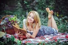 Mooie jonge vrouw die een picknick in het platteland hebben Gelukkige comfortabele dag in openlucht open Glimlachende vrouw met b Stock Foto's