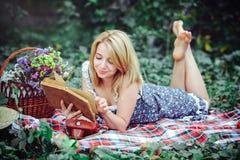 Mooie jonge vrouw die een picknick in het platteland hebben Gelukkige comfortabele dag in openlucht open Glimlachende vrouw met b Royalty-vrije Stock Foto