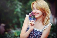 Mooie jonge vrouw die een picknick in het platteland hebben Gelukkige comfortabele dag in openlucht open Glimlachende vrouw met w Stock Foto