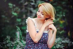 Mooie jonge vrouw die een picknick in het platteland hebben Gelukkige comfortabele dag in openlucht open Glimlachende vrouw wat b Royalty-vrije Stock Afbeeldingen