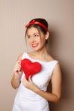 Mooie jonge vrouw die een rood hart houdt Stock Afbeelding