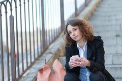 Mooie jonge vrouw die in een trap situeren Royalty-vrije Stock Afbeelding