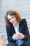 Mooie jonge vrouw die in een trap situeren Royalty-vrije Stock Fotografie