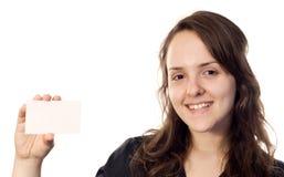 Mooie jonge vrouw die een witte kaart houdt Royalty-vrije Stock Foto's