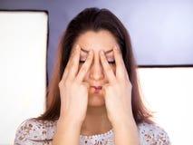 Mooie jonge vrouw die gezichtsyoga doen royalty-vrije stock foto's
