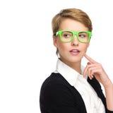 Mooie jonge vrouw die in groene glazen exemplaarruimte bekijken. Royalty-vrije Stock Foto