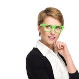 Mooie jonge vrouw die in groene glazen exemplaarruimte bekijken. Royalty-vrije Stock Fotografie