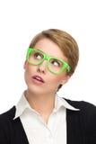 Mooie jonge vrouw die in groene glazen omhoog kijken. Royalty-vrije Stock Afbeeldingen
