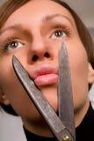 Mooie jonge vrouw die haar lippen beweert te snijden royalty-vrije stock foto's