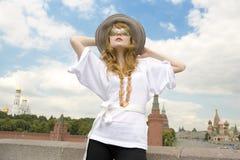 Mooie jonge vrouw die hoed draagt en sunglass Stock Foto's