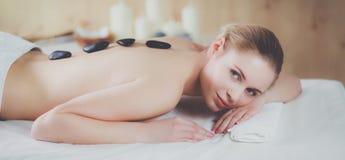 Mooie jonge vrouw die kuuroordmassage krijgen, die op salon liggen Royalty-vrije Stock Foto