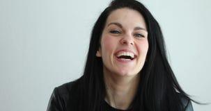Mooie jonge vrouw die luchtkus verzenden - vorm van hart stock footage