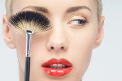 Mooie Jonge Vrouw die Make-up met Borstel toepassen royalty-vrije stock foto