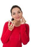 Mooie jonge vrouw die make-up toepast Stock Afbeelding