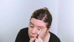 Mooie jonge vrouw die make-up toepast stock videobeelden