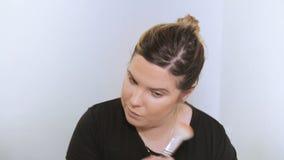 Mooie jonge vrouw die make-up toepast stock video