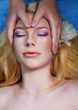Mooie jonge vrouw die massage heeft Stock Afbeelding