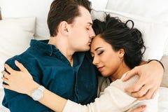 Mooie jonge vrouw die met een man koesteren Zorg, betrouwbaarheid, liefde en dicht verband tussen mensen Royalty-vrije Stock Foto