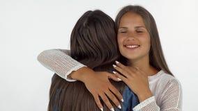 Mooie jonge vrouw die met gesloten ogen glimlachen, omhelzend haar beste vriend stock video